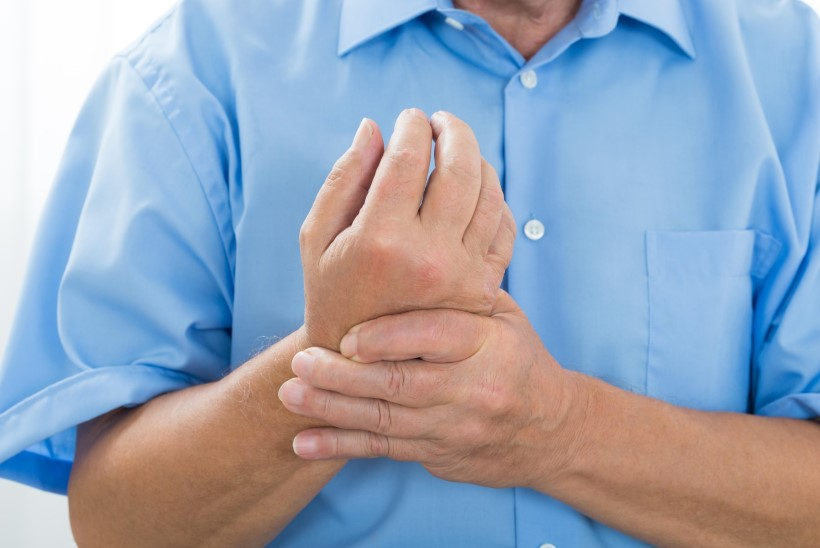 kahjustage kate liigeseid Sormed haige artriit