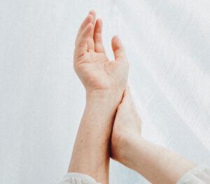 Geeli liigese sees artroosiga
