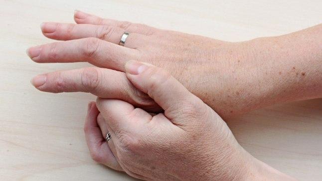 Kae sormede valulikud liigesed Hoidke kaed harjaliigendites